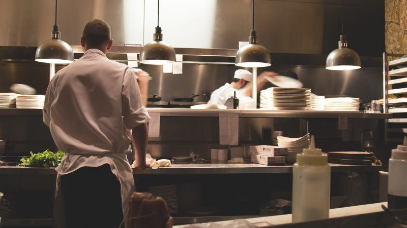 Quais são os utensílios de cozinha mais usados em hotéis e bares?